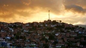 Δραματικά κίτρινα σύννεφα πέρα από τη γειτονιά σε Comuna 13, Medellin Κολομβία απόθεμα βίντεο