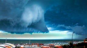 Δραματικά κυλώντας σύννεφα από το παραθαλάσσιο θέρετρο Στοκ φωτογραφία με δικαίωμα ελεύθερης χρήσης