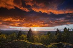Δραματικά κόκκινα σύννεφα ηλιοβασιλέματος στο καλοκαίρι στοκ φωτογραφία με δικαίωμα ελεύθερης χρήσης