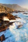 Δραματικά συντρίβοντας κύματα στο ηλιοβασίλεμα στη μεγάλη ακτή Sur, κρατικό πάρκο Garapata, κοντά σε Monterey, Καλιφόρνια, ΗΠΑ Στοκ φωτογραφία με δικαίωμα ελεύθερης χρήσης
