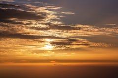 Δραματικά σύννεφα άνωθεν στο ηλιοβασίλεμα ή την ανατολή στοκ φωτογραφίες