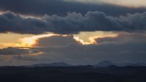 Δραματικά σύννεφα ηλιοβασιλέματος πέρα από ξεσκονισμένους τους χιόνι λόφους στο UK απόθεμα βίντεο