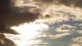 Δραματικά σύννεφα θύελλας που κινούνται γρήγορα πέρα από τον ουρανό, που καλύπτει τον ήλιο απόθεμα βίντεο