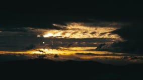 Δραματικά σύννεφα πέρα από το σκοτεινό βουνό απόθεμα βίντεο