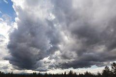 Δραματικά σύννεφα πέρα από το τοπίο ερήμων Στοκ φωτογραφία με δικαίωμα ελεύθερης χρήσης