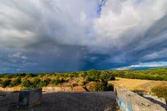 Δραματικά σύννεφα πέρα από το τοπίο της Κροατίας με τη βροχή στην απόσταση Στοκ Εικόνες