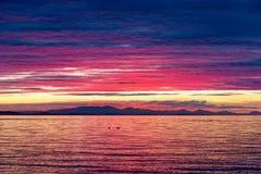 Δραματικά χρώματα ηλιοβασιλέματος πέρα από τον κόλπο ΗΠΑ σημύδων Στοκ φωτογραφία με δικαίωμα ελεύθερης χρήσης