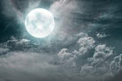 Δραματική άποψη της πανσελήνου με τα σκοτεινά σύννεφα Στοκ Εικόνες