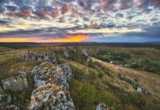 Δραματική αυγή φθινοπώρου Γραφικοί βράχοι στοκ φωτογραφίες