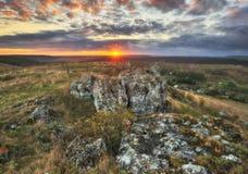 Δραματική αυγή φθινοπώρου Γραφικοί βράχοι στοκ φωτογραφία με δικαίωμα ελεύθερης χρήσης