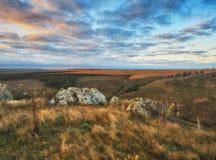 Δραματική αυγή φθινοπώρου Γραφικοί βράχοι στοκ εικόνες