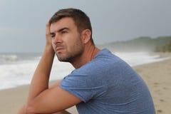 Δραματική εικόνα του σκεπτικού ατόμου στην παραλία στοκ φωτογραφία