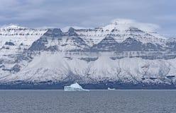 Δραματική κορυφογραμμή σε έναν ωκεάνιο κολπίσκο στοκ εικόνες