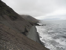 Δραματική μαύρη παραλία άμμου, ακτή στην Ισλανδία Στοκ φωτογραφία με δικαίωμα ελεύθερης χρήσης