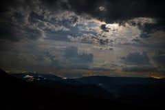 Δραματική νύχτα με τα σύννεφα και το φεγγάρι Στοκ Εικόνες