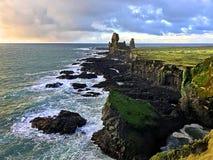 Δραματικοί απότομοι βράχοι βασαλτών Longranger Ισλανδία Στοκ Εικόνες