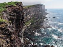 Δραματικοί απότομοι βράχοι της Ισλανδίας με να τοποθετηθεί puffins Στοκ εικόνες με δικαίωμα ελεύθερης χρήσης