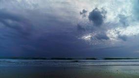 Δραματικοί ουρανοί πέρα από την παραλία Καντίζ Ισπανία Camposoto απόθεμα βίντεο