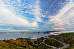 Δραματικοί ουρανοί πέρα από τη χρυσή γέφυρα πυλών στοκ εικόνες
