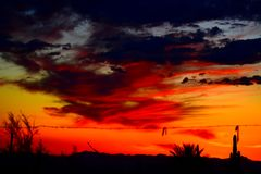 Δραματικοί ουρανοί ρύθμισης ήλιων στη σύνδεση Apache και την περιοχή Mesa Στοκ Εικόνα