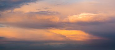 Δραματικός, ζωηρόχρωμος ουρανός βραδιού μετά από το πέρασμα θύελλας, ουρανός μόνο, υψηλός Στοκ φωτογραφία με δικαίωμα ελεύθερης χρήσης