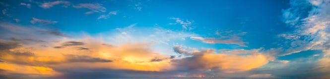Δραματικός, ζωηρόχρωμος ουρανός βραδιού μετά από το πέρασμα θύελλας, ουρανός μόνο, υψηλός Στοκ Φωτογραφίες