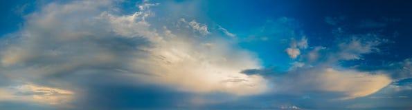 Δραματικός, ζωηρόχρωμος ουρανός βραδιού μετά από το πέρασμα θύελλας, ουρανός μόνο, υψηλός Στοκ Εικόνες