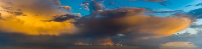 Δραματικός, ζωηρόχρωμος ουρανός βραδιού μετά από το πέρασμα θύελλας, ουρανός μόνο, υψηλός Στοκ εικόνα με δικαίωμα ελεύθερης χρήσης