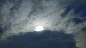 Δραματικός μπλε ουρανός με τα σκοτεινά σύννεφα Στοκ Εικόνες