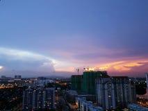 Δραματικός ουρανός βραδιού κρητιδογραφιών πέρα από τη εικονική παράσταση πόλης Johor Bahru, Μαλαισία Στοκ Φωτογραφία