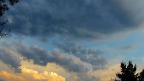 Δραματικός ουρανός ηλιοβασιλέματος και ανατολής Ένα όμορφο cloudscape στο βίντεο ηλιοβασιλέματος 4K HD απόθεμα βίντεο