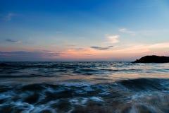 Δραματικός ουρανός ηλιοβασιλέματος και τροπική θάλασσα Στοκ φωτογραφίες με δικαίωμα ελεύθερης χρήσης