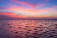 Δραματικός ουρανός ηλιοβασιλέματος πέρα από την ακτή Στοκ εικόνα με δικαίωμα ελεύθερης χρήσης