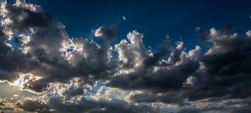 Δραματικός ουρανός και νεφελώδης πριν από μια θύελλα στο ηλιοβασίλεμα στοκ φωτογραφία με δικαίωμα ελεύθερης χρήσης