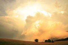 Δραματικός ουρανός με τα ζωηρόχρωμα σύννεφα Στοκ φωτογραφία με δικαίωμα ελεύθερης χρήσης