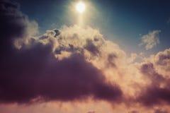 Δραματικός ουρανός με τα θυελλώδη σύννεφα στο ηλιοβασίλεμα Σύννεφα και υπόβαθρο ουρανού στοκ εικόνες