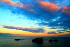 Δραματικός ουρανός πέρα από τη θάλασσα με τους βράχους στοκ φωτογραφίες με δικαίωμα ελεύθερης χρήσης