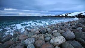 Δραματικός ουρανός πέρα από τη θυελλώδη θάλασσα στο Βορρά απόθεμα βίντεο
