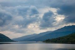 Δραματικός ουρανός πέρα από τη λίμνη μακριά Argyll και Bute Σκωτία UK Στοκ εικόνα με δικαίωμα ελεύθερης χρήσης