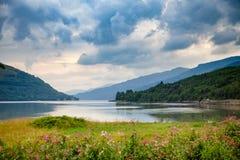 Δραματικός ουρανός πέρα από τη λίμνη μακριά Argyll και Bute Σκωτία UK Στοκ Εικόνες