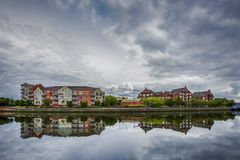 Δραματικός ουρανός πέρα από τη σύγχρονη αρχιτεκτονική κατά μήκος του ποταμού Lagan στο Μπέλφαστ, Βόρεια Ιρλανδία Στοκ φωτογραφίες με δικαίωμα ελεύθερης χρήσης