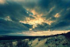 Δραματικός ουρανός πέρα από τον αμμόλοφο Parnidis Στοκ Εικόνες