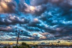 Δραματικός ουρανός πέρα από το λιμάνι Alghero στο ηλιοβασίλεμα Στοκ εικόνα με δικαίωμα ελεύθερης χρήσης