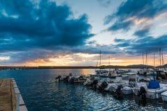 Δραματικός ουρανός πέρα από το λιμάνι Alghero στο ηλιοβασίλεμα Στοκ φωτογραφία με δικαίωμα ελεύθερης χρήσης