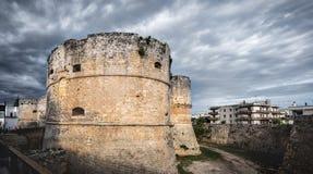 Δραματικός ουρανός πύργων του Castle - Οτράντο - Apulia - Ιταλία Στοκ Φωτογραφία