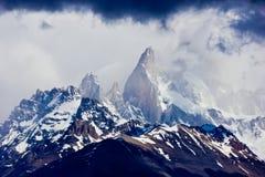 Δραματικός ουρανός στη Χιλή Torres del Paine στις αιχμές στοκ φωτογραφία