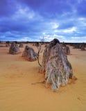 Δραματικός ουρανός της ερήμου πυραμίδων, δυτική Αυστραλία Στοκ Εικόνες