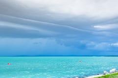 Δραματικός πριν από την άποψη θύελλας σε μια τυρκουάζ λίμνη στοκ εικόνες