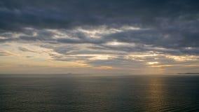 Δραματικός σκοτεινός ουρανός σύννεφων πέρα από τη θάλασσα Στοκ φωτογραφία με δικαίωμα ελεύθερης χρήσης