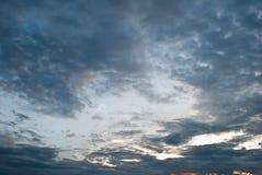 Δραματικός σκοτεινός ουρανός υποβάθρου με τις ακτίνες ήλιων Στοκ Εικόνα